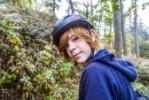 23379180-retrato-de-la-joven-adolescente-en-el-bosque-con-casco-de-bicicleta